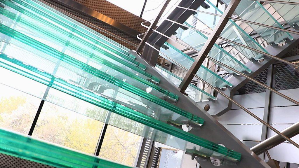 Szklane klatki schodowe stają się popularne również w budynkach mieszkalnych